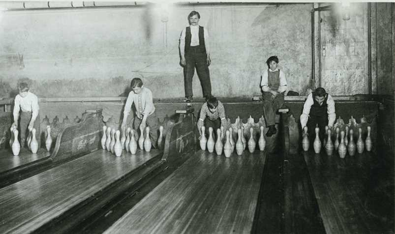 NYC subway bowling alley 1909 - Lewis Hine