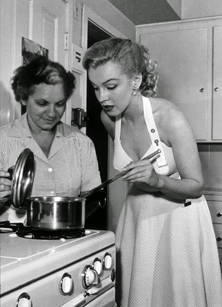 Marilyn Monroe cooking