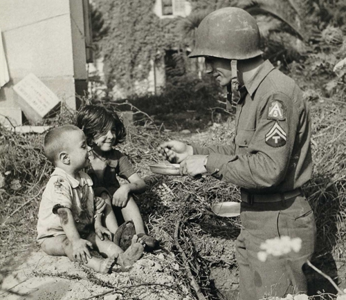 A technician 5th grade shares his meal with Italian children